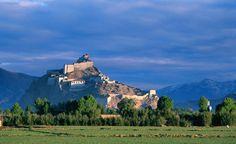 Die antike Festung tront hoch auf dem Hügel bei Gyantse und hat dazu gedient, den Einheimischen vor die britische Invasion zu schützen.