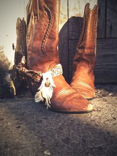 boot scarves Wear boots with scarves, boot belts and boot jewelry myself! Cowgirl Style, Cowgirl Boots, Western Boots, Gypsy Boots, Ibiza, Boho Chic, Boot Jewelry, Diy Jewelry, Estilo Hippy