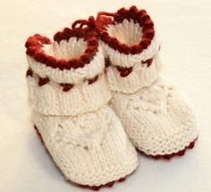free booties pattern in swedish Knitting For Kids, Knitting Socks, Baby Knitting, Cute Crochet, Knit Crochet, Baby Barn, Baby Sneakers, Baby Boots, Drops Design