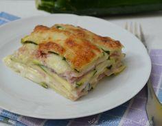 La parmigiana bianca di zucchine, un secondo davvero gustoso e che si prepara velocemente. Zucchine, prosciutto, formaggio e tanta mozzarella filante.