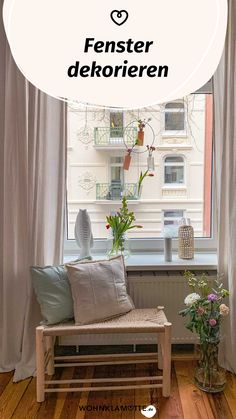 Dekoration gehört zu den beliebtesten Themen im Wohnbereich. Dabei wird ein Teil eines – fast – jeden Raumes häufig ignoriert: der Fensterbereich. Dieser bietet inklusive Fensterbank genau die Fläche zum Dekorieren und Verschönern, die Du immer suchst. Wir haben ein paar Tipps zusammengefasst, die von verspielten Blumenarrangements zu stimmungsvollen Windlichtern reichen. Entryway Bench, Storage, Furniture, Home Decor, Window Decorating, Window Design, Window Frames, Flower Arrangement, Living Area
