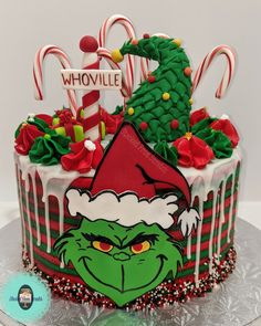 Custom made one of kind, couture cakes, made with premium ingredients. Offering cake design, cupcakes, and more. Christmas Cake Designs, Grinch Christmas Decorations, Grinch Christmas Party, Christmas Birthday Party, Grinch Party, Christmas Deserts, Christmas Brunch, Christmas Cupcakes, Christmas Goodies