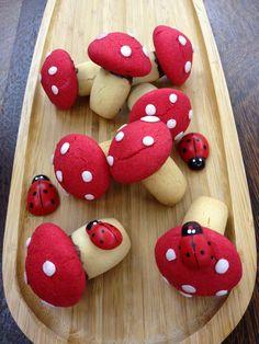 Bu kurabiyeye bayılacaksınız.Görüntüsü çizgi filmlerdeki mantarlara benziyor.İnstagramda yayınladığımda çok ilgi çekti ve beğeni aldı.Hemen ... Galletas Cookies, Cake Cookies, Fairy Food, Sugar Dough, Kawaii Bento, Food Art For Kids, Red Food Coloring, Cupcakes, Food Website