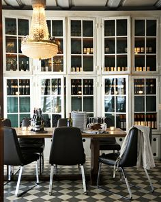 Restaurant Les Trois Cochons in Copenhagen with beautiful old windows found at Genbyg - originally from The Porcelain Factory. The windows adds on to the authenticity and gives a rustic and exclusive expression.