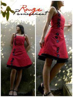 Une petite robe pour les beaux jours qui reviennent par chez nous. En rouge, la couleur du bonheur chez les asiatiques. Bretelles en ruban mètre de couturière Tissu coton rouge et noir le tout chez Tissu plus Patron maison qui rappelle un peu celui de...