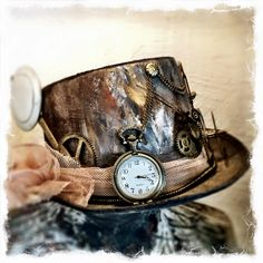an old new years hat transformed into a chic steampunk hat with paint from Nordic Chic and a bit of goldfinger. the colours used are Slate, Rusty and Camelia,