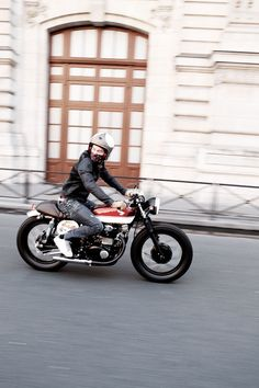 Quite rare, a true cafe racer with someone on it, riding it. This is how it should look, awesome :)