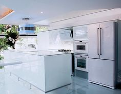 """""""Imaginem só uma cozinha com todos os eletrodomésticos com acabamento de vidro branco! Hoje no blog eu contei tudo sobre essa novidade que além de tudo,…"""""""