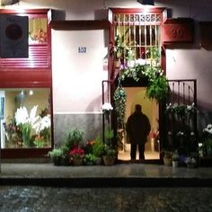 Comparte tus fotos del barrio con nosotros utilizando el #condeduquegente  @flordelola2014  #anochecer en la #flori . #manatthedoor #ayer #antes del #cierre hasta el #lunes28. #disfrutad de este #happyholidays #enjoy #flowershop #closedtill28th #floristeriasmadrid #condeduquegente #condeduque #flordelola