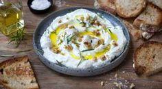 En perfekt rett å servere til velkomstdrinken. Gjestene smører selv den myke osten blandet med olivenolje, urter og knasende nøtter på ristet brød.