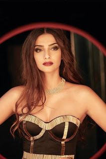 Beautiful and gorgeous bollywood actress: Hot boobs and cleavage of sonam kapoor Hot Actresses, Beautiful Actresses, Indian Actresses, Sonam Kapoor Photos, Ileana D'cruz Hot, Cleavage Hot, Vintage Bollywood, South Indian Actress, Hottest Photos