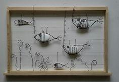 Un aquarium constitué de fils tendus sur un cadre en bois blanc(qui peut être teinté ou vernis à la demande)et des poissons réalisés en double fils recuits qui enserrent des  - 16210059