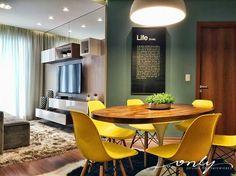Outra inspiração maravilhosa de sala de estar e jantar pra gente hoje! Amei muito as cores das cadeiras! #cadeiras #amarelo #saladejantar #saladeestar #homesweethome #home #tv #sofa #decoraçao #inspiraçãododia #inspiração #naesperadoape #ideiascriativas