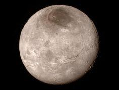 冥王星の衛星カロンに謎の黒い領域 | ナショナルジオグラフィック日本版サイト