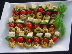 Tortellini - Spießchen, ein schönes Rezept mit Bild aus der Kategorie Kalt. 14 Bewertungen: Ø 4,0. Tags: Fingerfood, kalt, Party, Vorspeise