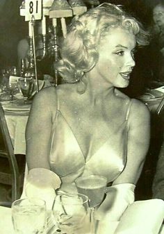 """💋Marilyn Monroe at the premiere for """"The Prince & The Showgirl"""" 1957 Hollywood Glamour, Old Hollywood, Cinema Tv, Marilyn Monroe Photos, Norma Jeane, Vintage Beauty, Most Beautiful Women, Star Wars, American Actress"""