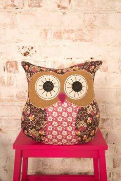 Coruja Más Owl Sewing, Sewing Crafts, Quilting Projects, Sewing Projects, Crochet Projects, Diy Pillows, Cushions, Owl Cushion, Memory Pillows