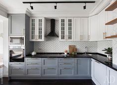Кухня. Кухонный фасад изготовлен на заказ по эскизу автора.