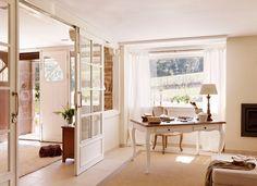 Poderoso cristal  Amplía y aporta luz. Dos en uno. El cristal en paredes y puertas permite conectar visualmente diferentes espacios generand...