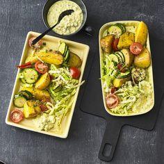 """Röstkartoffelsalat mit Cottage Cheese - """"Optisch ein Hingucker - geschmacklich ein Highlight: Dieser Röstkartoffelsalat weiß wirklich durch tolle Zutaten wie Zucchini, Schnittlauch, Tomaten, Spitzkohl und Frischkäse zu überzeugen."""""""