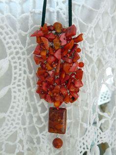 Colar talismã feito de crochê com cascalho de pedras.