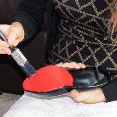 Imagine ser convidada para um casamento e escolher a roupa para usar na festa, será que uma sola vermelha no sapato vai fazer alguma diferença? Se fizer, o acessório pode ser adquirido na Christian Louboutin