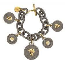 Ops!Trésor e si ispirano agli anni '80 i bracciali con ciondoli a forma di moneta, che profumano di vaniglia.