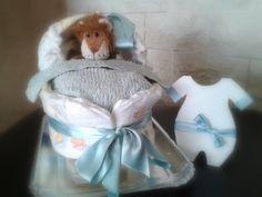 Carrozzina di pannolini realizzata a mano con n° 28 pannolini 4/9Kg, una lavetta 100% cotone, un biglietto d'auguri intagliato a mano