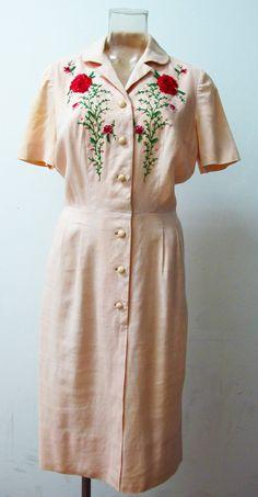 Etsy の 刺繍とビーズのドレスを 1940 年代バレンタイン ローズ ボタン by ExileVintage