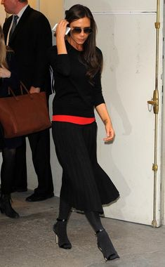 Victoria Beckham, black knit x long pleated skirt . - Victoria Beckham goes out in a black knit and long pleated skirt Work Fashion, Skirt Fashion, Fashion Outfits, Womens Fashion, Fashion Design, Victoria Fashion, Victoria Beckham Style, Moda Boho, Parisian Chic Style