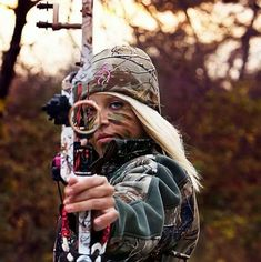 Now this looks like a senior picture my cousins would have me do. This personally brings fun memories to me which is what I think your photos should. The should remind you of experiences. Hunting Senior Pictures, Senior Year Pictures, Country Senior Pictures, Senior Photos, Graduation Pictures, Hunting Face Paint, Camo Face Paint, Bow Hunting Women, Hunting Girls