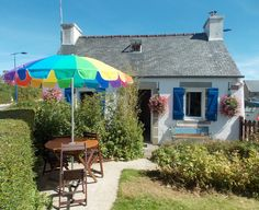 Chaleureux petit gite independant, avec cheminée, sur petit jardin clos, à Scrignac, commune des Monts d'Arrée et du Parc Naturel Regional d'Armorique, à 30 min de la mer. Ouvert toute l'annee. Venez goûter au Finistère et profitez-en pour prendre un bol d'air dans des ambiances diversifiees! Tarif de 200 à 290 € la semaine ttc. Le site du gite http://www.gitesenbretagne.net  Tel 0298782578 et/ou 0676861267