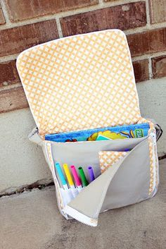 Hill Yeah: Tutorial: Toddler Messenger Bag diggin' that pocket in the front. It's not so much toddler sized, as it is coloring book size. Sewing Hacks, Sewing Tutorials, Sewing Crafts, Sewing Projects, Sewing Patterns, Tutorial Sewing, Sewing For Kids, Diy For Kids, Diy Sac Pochette