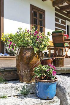 Moderní roubenka u Mumlavy | Chatař & Chalupář Rustic Gardens, Outdoor Gardens, Chalet Style, Pergola Patio, Traditional House, Hungary, Countryside, Planter Pots, Home And Garden