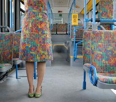 Schönes urban camouflage Projekt der Künstlerin Menja Stevenson, in dem sie die Sitzmuster von öffentlichen Verkehrsmitteln auf ihre Kleidung überträgt.