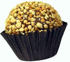 Brigadeiro de Castanha de Caju com um leve toque de chocolate, boleado com pedacinhos de castanhas de caju tostadas. Conheça outros sabores em http://www.pontodebrigadeiro.com.br/#!sabores/cee5
