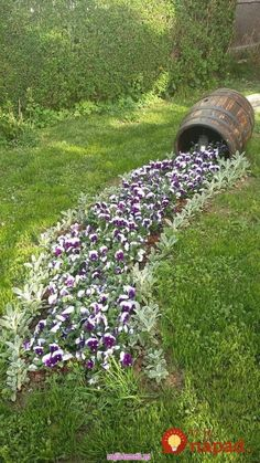 magnificent DIY ideas to decorate the garden. Let yourself be inspired Do it yourself to decorate the garden. Here is a beautiful selection of magnificent DIY ideas for you today, for decorating yo… Garden Yard Ideas, Backyard Garden Design, Garden Landscape Design, Diy Garden Decor, Garden Projects, Outdoor Landscaping, Front Yard Landscaping, Front Yard Flowers, House Plants Decor
