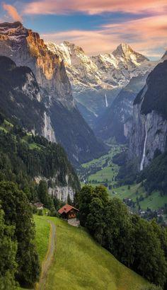 Lauterbrunnen, Berner Oberland Switzerland !! L'Oberland bernois est la région la plus élevée du canton de Berne, située au sud du canton et qui comprend les zones du lac de Thoune et du lac de Brienz ainsi que les Alpes bernoises. Wikipédia