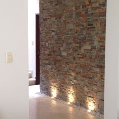 Modern wall cladding - 10 tips with examples.- A beautiful stone wall deserves the right lighting! You can find out more about wall design in this article by Alejandra Zavala P. Modern Wall, Modern Decor, Decoration Hall, Wall Design, House Design, Design Design, Modern Design, Hallway Walls, House Wall