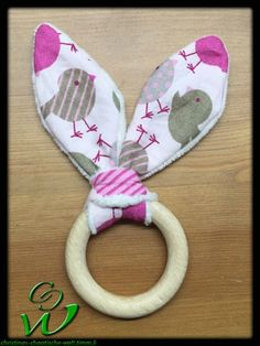 Hasenohrengreifling-rosa-Vögel #sewing #sewingforkids #sewinglove #sewingforbabies #nähen #nähenfürkinder #nähenfürbabies #hasenohrengreifling #greifling #knisterfolie #bratenschlauch #babytoy #sewingbabytoy #babyspielzeugnähen #knisternohren #kühlbeissring #beissring Sewing For Kids, Baby Sewing, Diy For Kids, Christmas Baby, Baby Headbands, Baby Quilts, Fabric Crafts, Christmas Stockings, Diy And Crafts