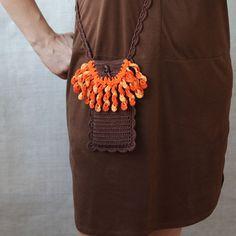 Handyhülle gehäkelt mit #Fransen in #braun und #orange #Handytasche #Handyhülle #häkeln #Tasche  #Hülle #Geschenk #Umhängetasche #handwerk #crossbody #handysocke #boho #vintage #accessoire #Dawanda