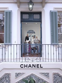 Located at La Mistralée Hotel, a beautiful century manor house minutes from The Fox and the Old Port of Saint-Tropez, lies the Chanel Ephemeral boutique - open for visitors to pop in for a shop from April until October. Saint Tropez, Chanel Store, Shopping Chanel, French Riviera Style, Miami Beach Hotels, Gabrielle Bonheur Chanel, Luxury Store, Chanel Couture, Shopping World