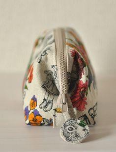 tutorial for frame pouch Diy Couture Trousse, Frame Purse, Pouch Bag, Pouches, Diy Purse, Wallet Pattern, Patchwork Bags, Linen Bag, Fabric Bags