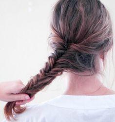 Ideas de peinados con trenzas paso a paso y cortes de pelo para mujeres. Estos estilos trenzados sencillos, ideales para todas las longitudes de pelo, son perfectas para un día caluroso de verano.