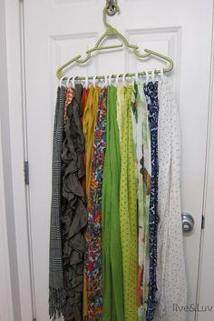 Pensando na situação caótica que muitas pessoas mantem seus armários, separamos dez dicas que vão dar uma boa ajuda a deixar tudo em ordem.