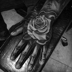 20 Woww Faszinierend über Tattoo Designs zur Hand - Tattoo Trends and Lifestyle Skull Rose Tattoos, Rose Flower Tattoos, Rose Tattoos For Men, Hand Tattoos For Guys, Trendy Tattoos, Finger Tattoos, New Tattoos, Tattoo Flowers, Bone Hand Tattoo