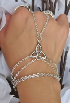 Celtic Infinity Love Knot Hand Chain very pretty Irish Jewelry, Hand Jewelry, Jewelry Box, Jewelery, Jewelry Accessories, Fashion Accessories, Jewelry Making, Witch Jewelry, Pagan Jewelry