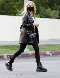 Combat Boot Outfits, Winter Boots Outfits, Winter Fashion Outfits, Autumn Winter Fashion, Blazer Outfits Casual, Outfits With Converse, Rock Chic Outfits, Black Leather Blazer, Leather Jacket