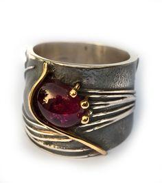 Elisenda de Haro | Contemporary jewellery | Joyería contemporánea | elisendadeharo.com  Great bezel