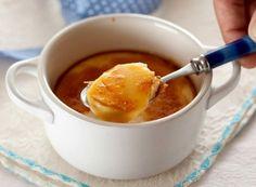 La Crema Catalana è un famoso dolce al cucchiaio spagnolo tipico della Catalogna. La sua consistenza è soffice e cremosa sormontata da un sottilissimo strato croccante di zucchero caramellato, caratteristica fondamentale di questo eccellente dessert.